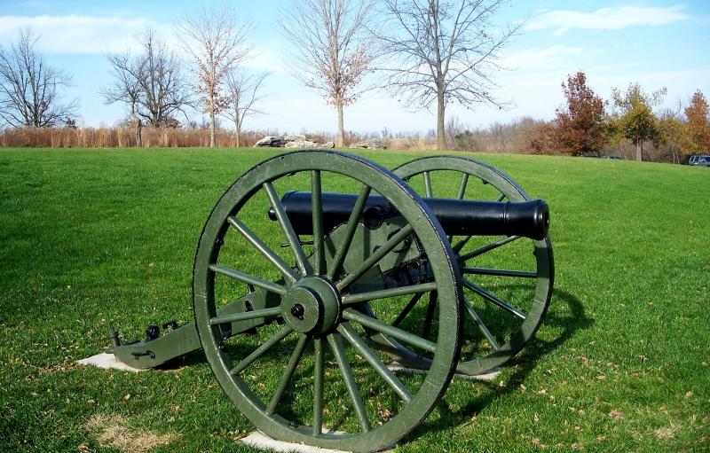 Imagen de cañón en hierba verde en el campo de batalla de la cala de Wilson