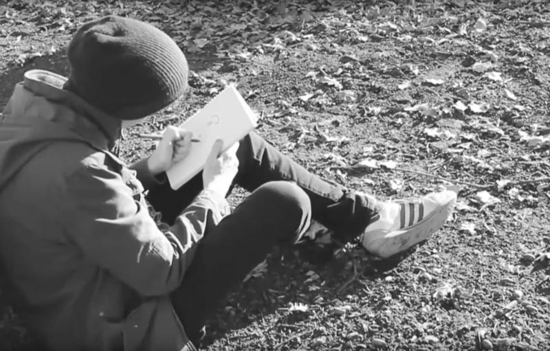 Negro una imagen blanca mirando a alguien sentado en la hierba y el dibujo