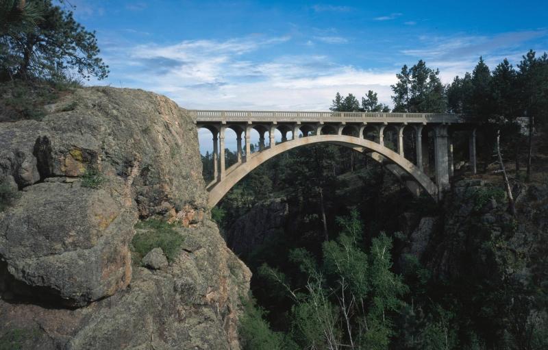 Imagen de la sunny Beaver Creek Bridge en el Parque Nacional Wind Cave