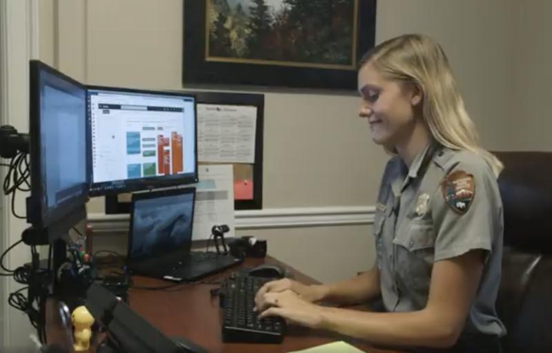 Jessie Snow, con uniforme de NPS, trabaja en una computadora