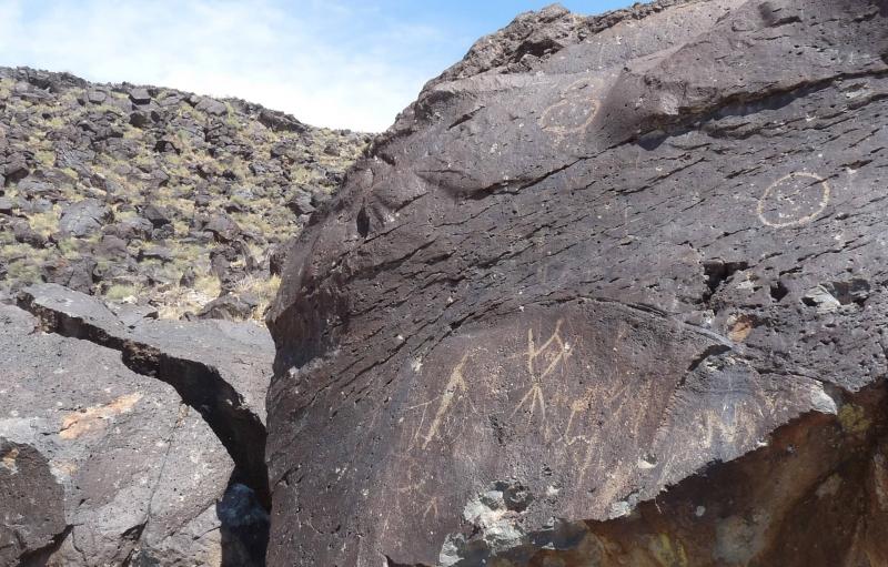 rocas negras con blancas gente del palillo de colores y círculos dibujados hace mucho