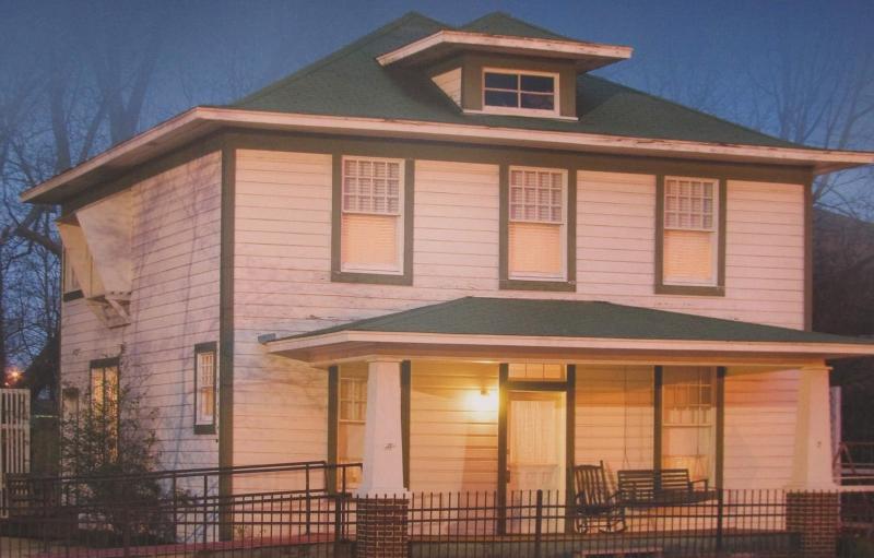 El hogar de la niñez del presidente Clinton es una casa de dos pisos con tablillas blancas y adornos verdes