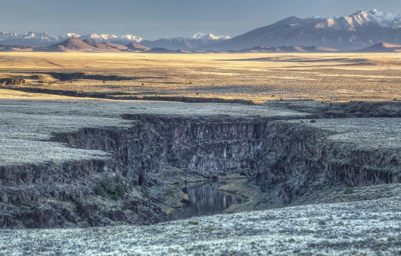 Rio Grande valle del río se extiende a las montañas de fondo