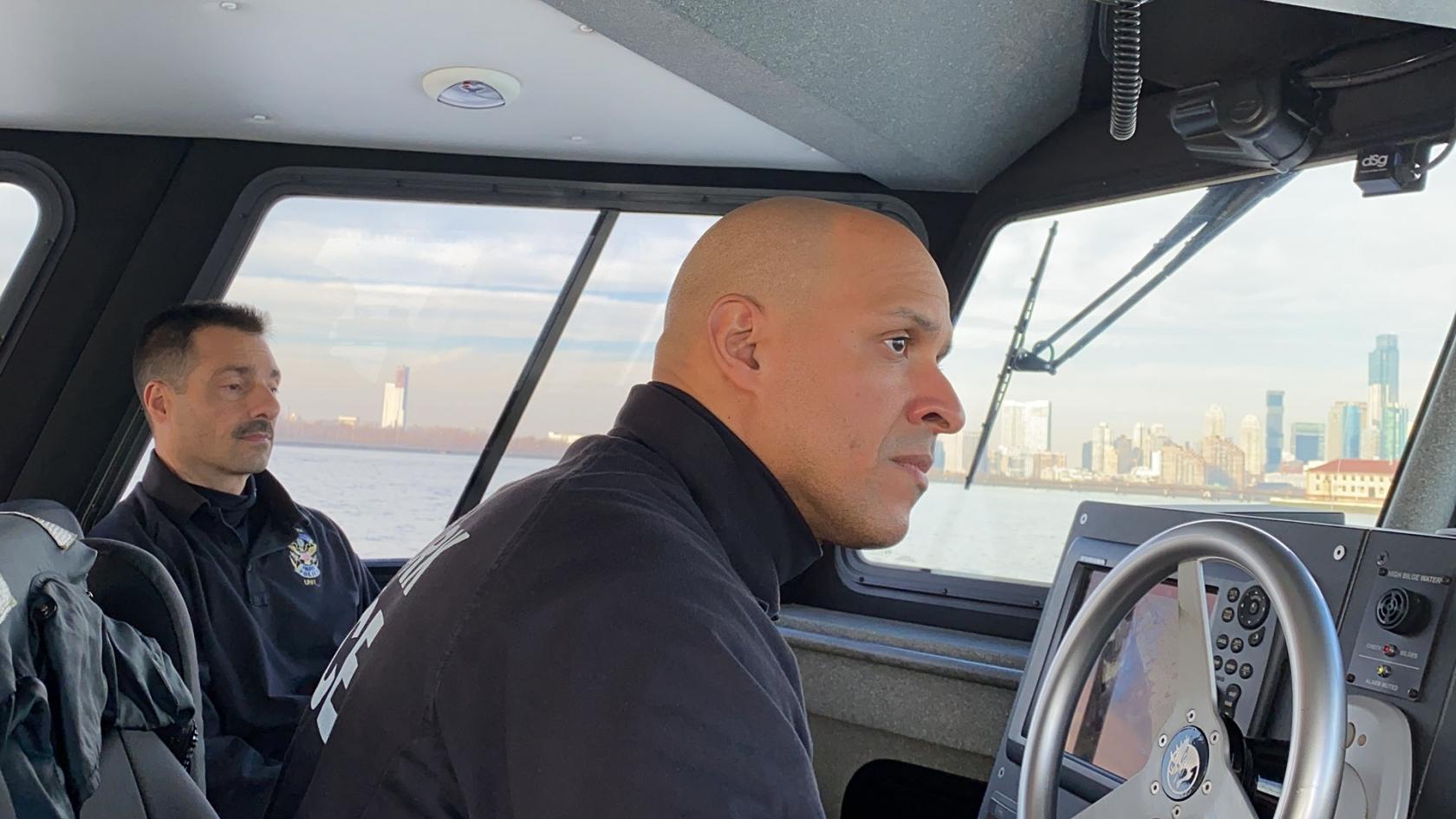 James (conduciendo) y Eddie en su patrulla del Hudson