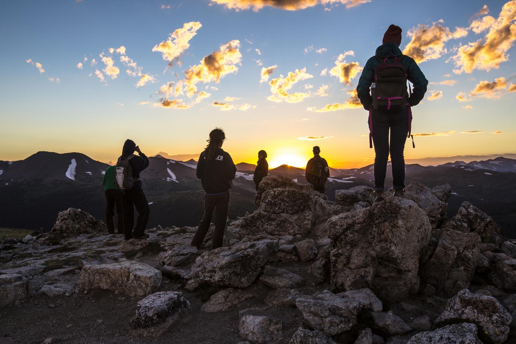 Los excursionistas en el Parque Nacional de las Montañas Rocosas.