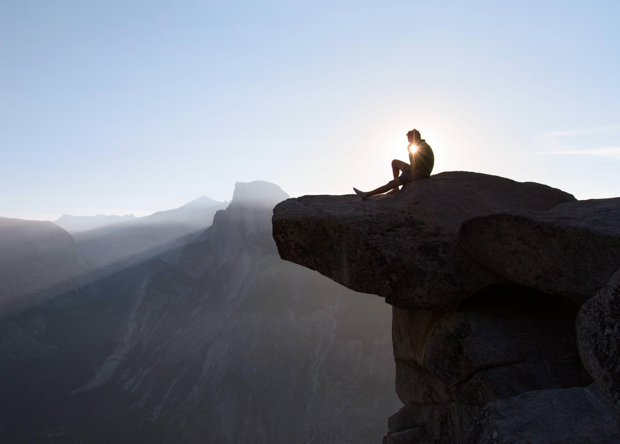 El sol se levanta sobre la media bóveda en el parque nacional de Yosemite