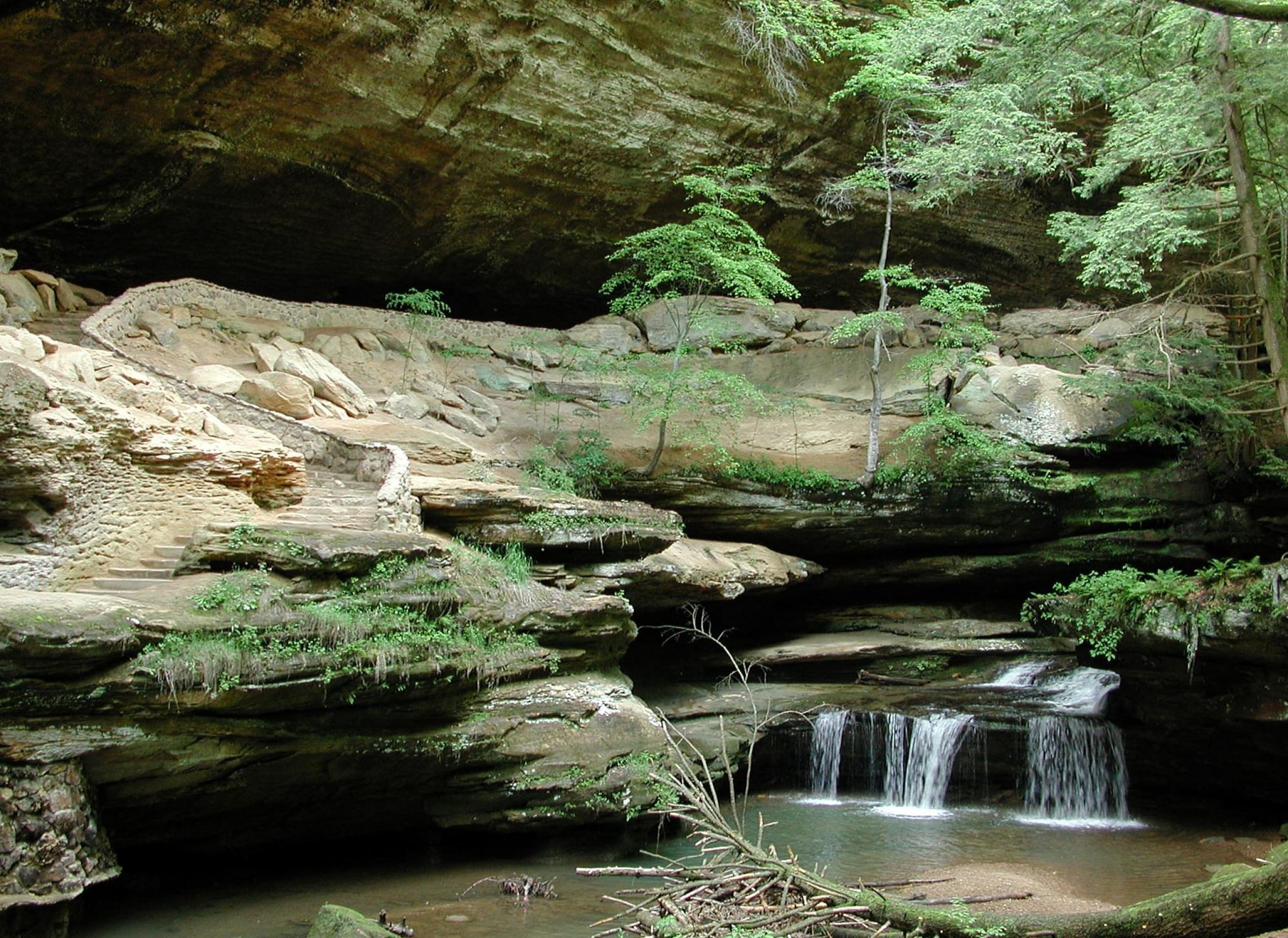 Pequeña cascada a lo largo de un río srounded de acantilados de color arena y helechos verdes en Ohio a lo largo del Sendero Nacional escénico del Norte País