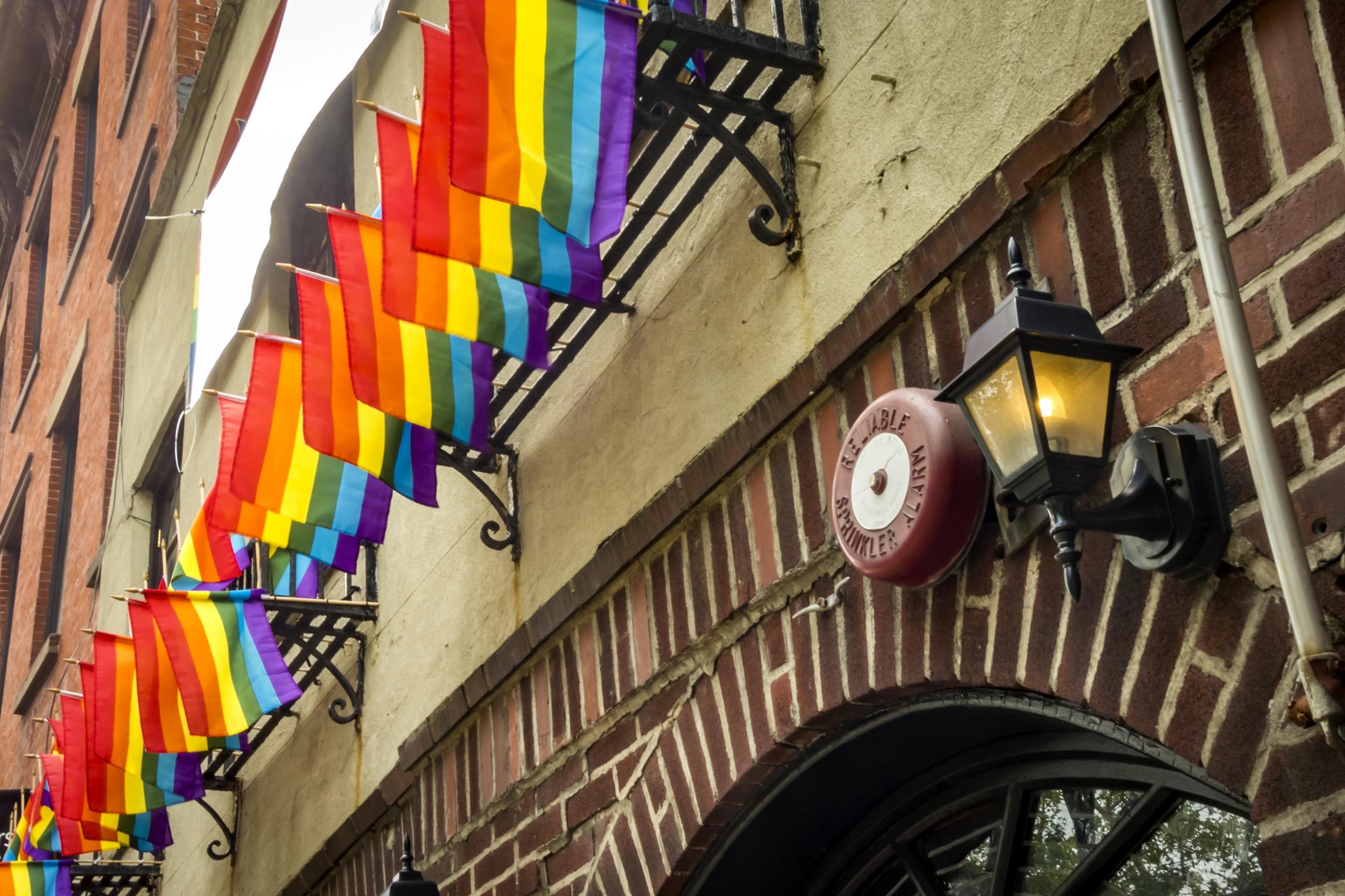 Banderas de arco iris volando sobre el Stonewall Inn en Nueva York