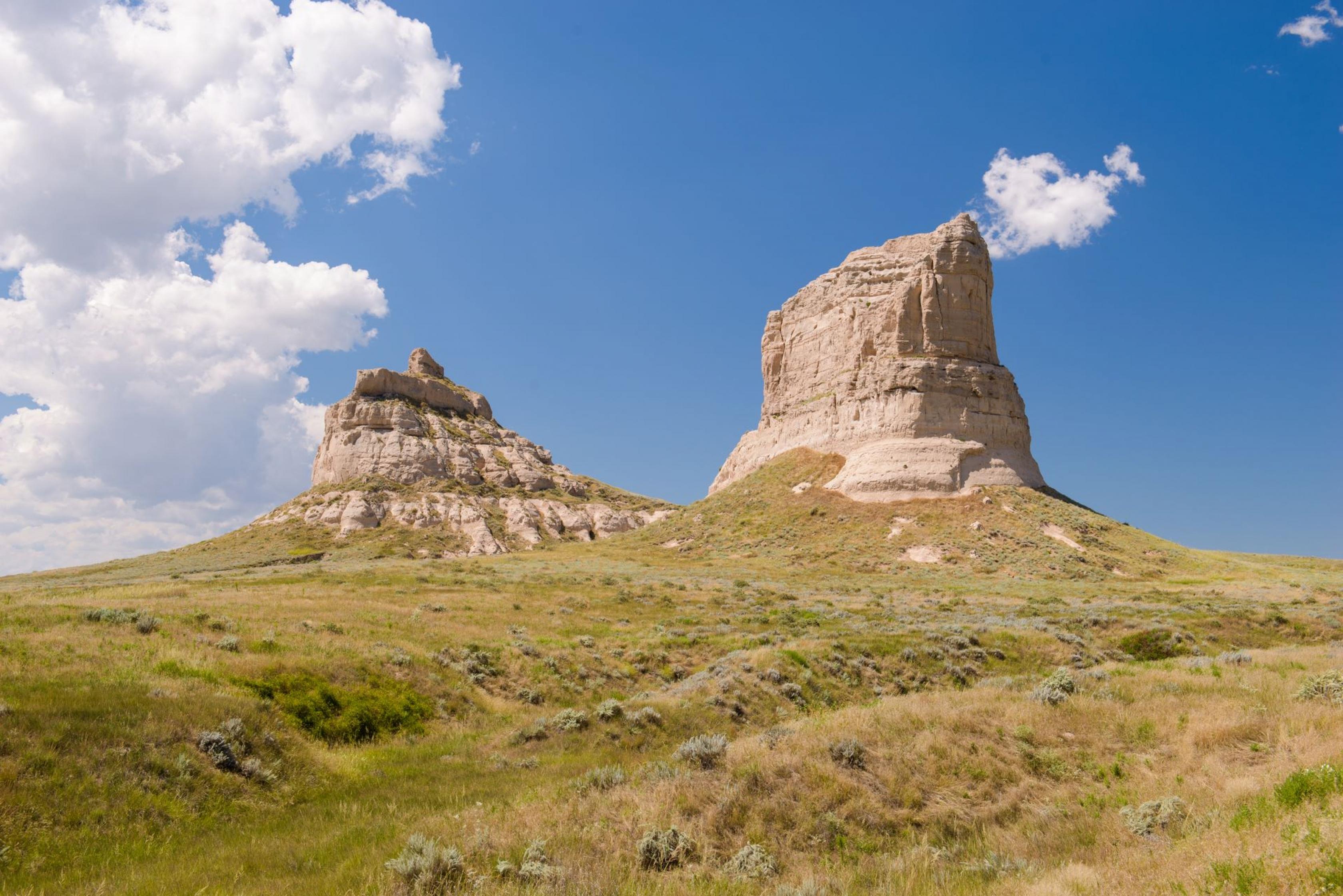 Imponentes torres de Courhouse y Jail Rock en Nebraska a lo largo del sendero histórico nacional de California