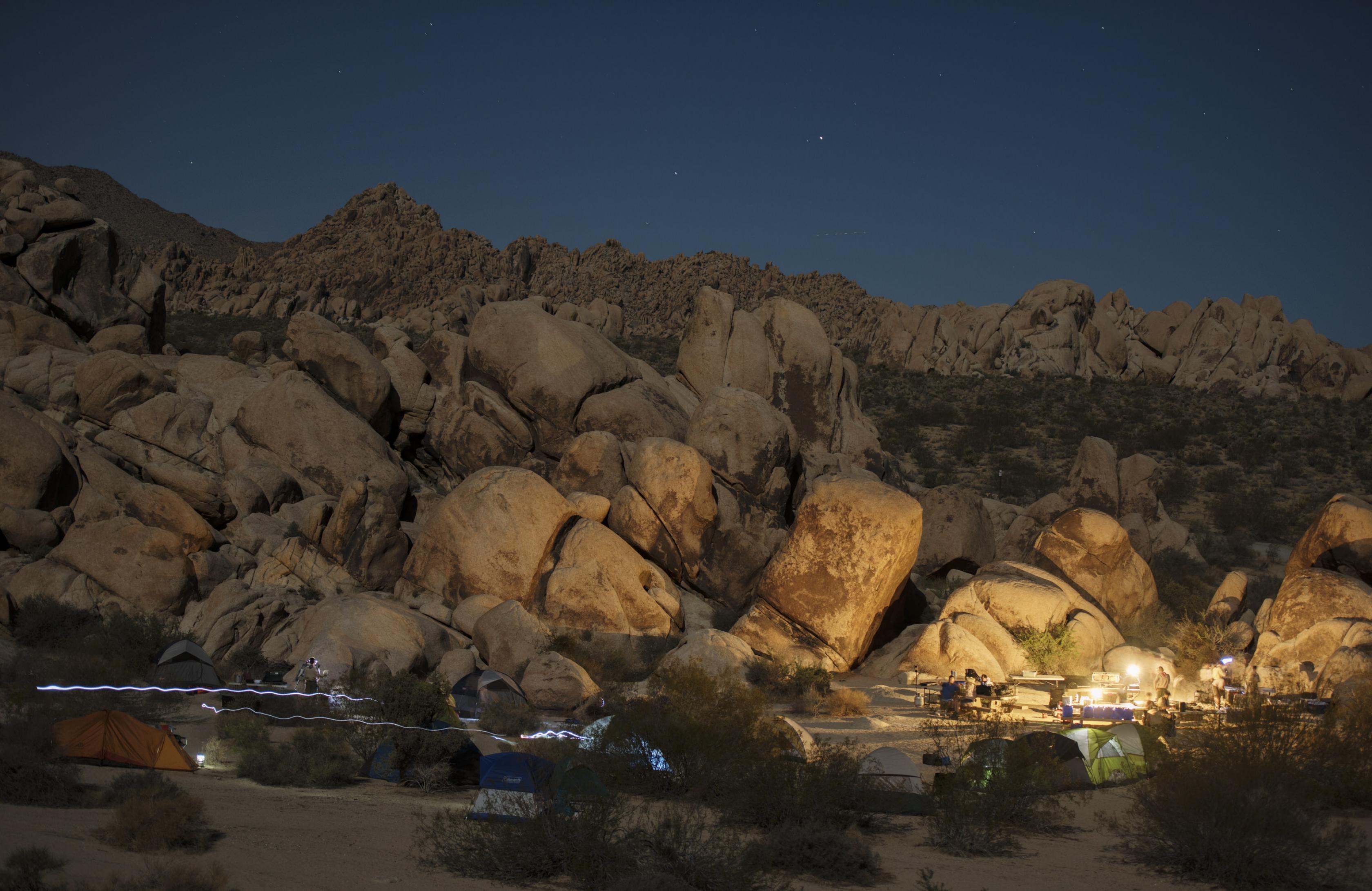 camping iluminados bajo una noche estrellada en el Parque Nacional Joshua Tree