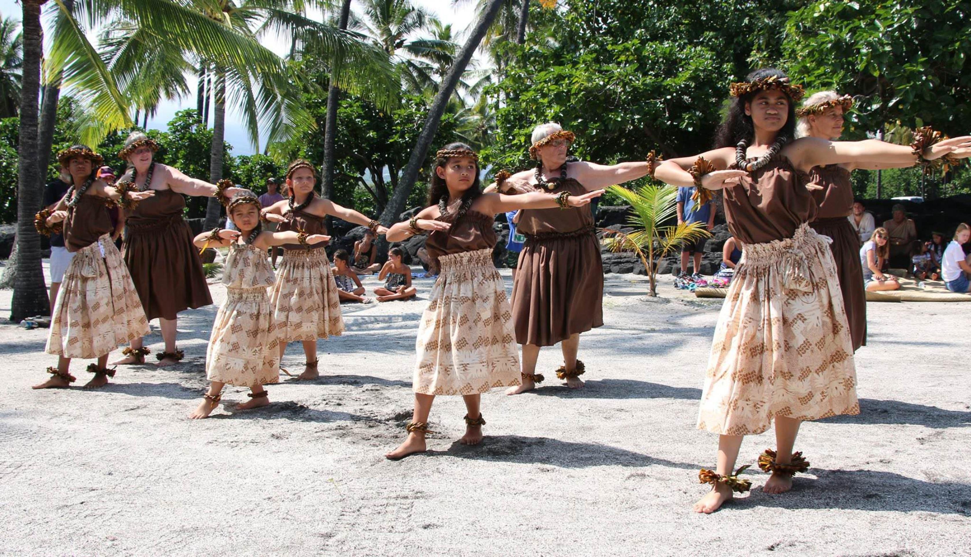 bailarines nativos en el Parque Nacional de Pu'uhonua.