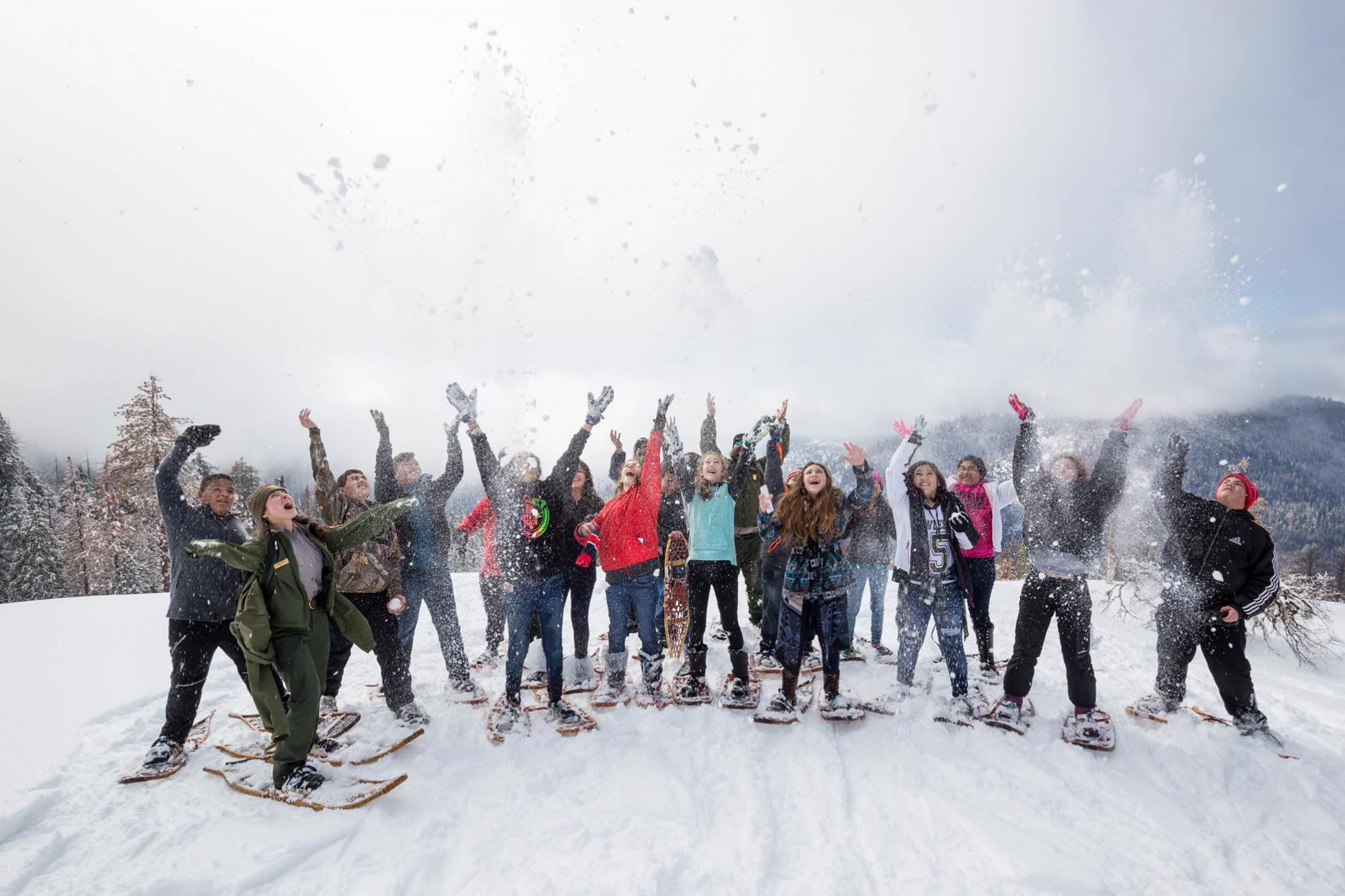 Un grupo de niños juegan en la nieve en Kings Canyon.