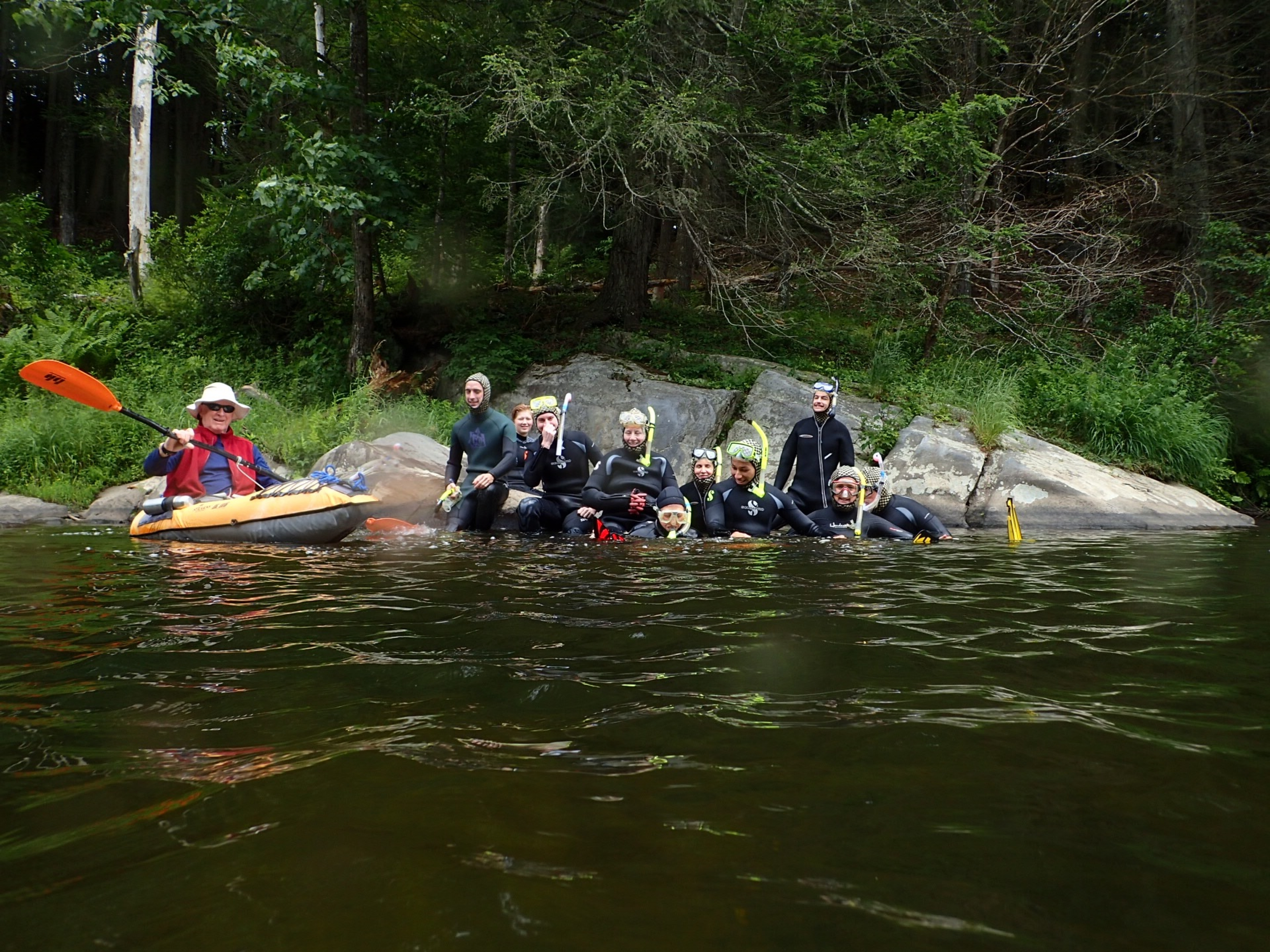 Grupo de buceadores y un kayakista en Wild & Scenic Westfield River