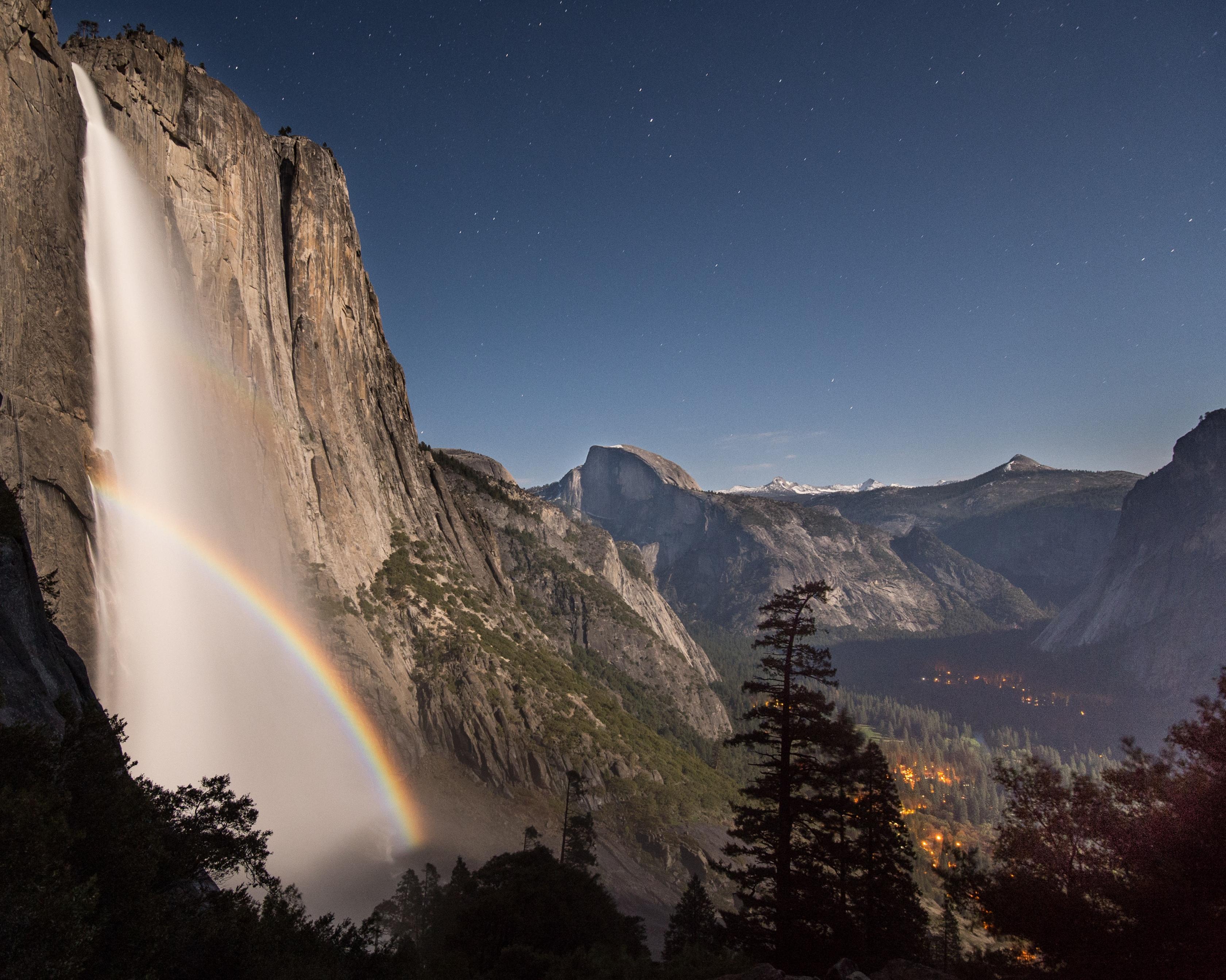 Se captura un arco de luna sobre las cataratas Bridalveil en el Parque Nacional de Yosemite.