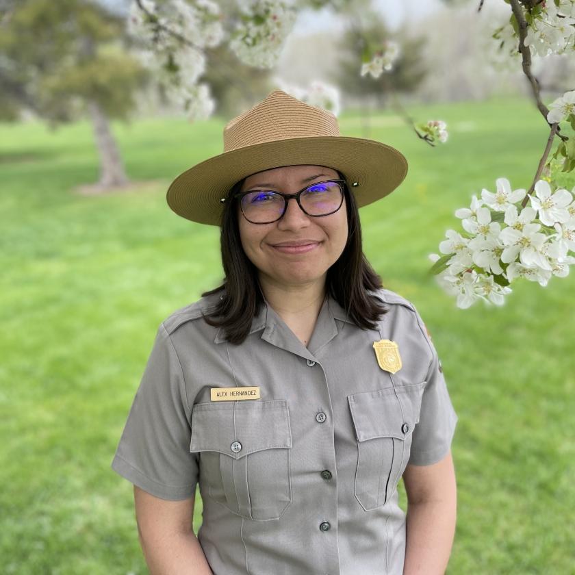 Alex Hernandez, de uniforme, bajo un árbol en flor