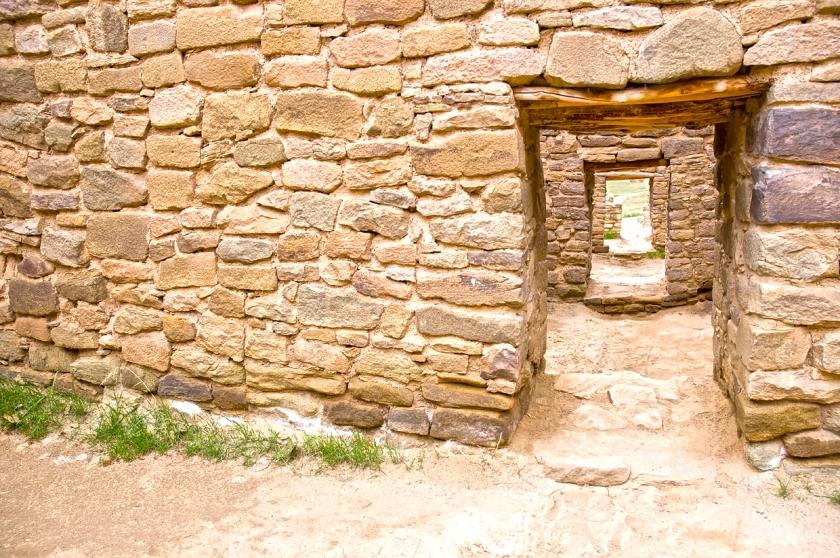 Ver a través de una portada de piedra de más portadas de piedra