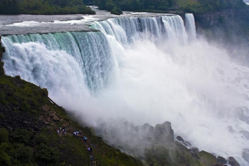 Las caídas gigantescas del área del patrimonio nacional de las cataratas del Niágara