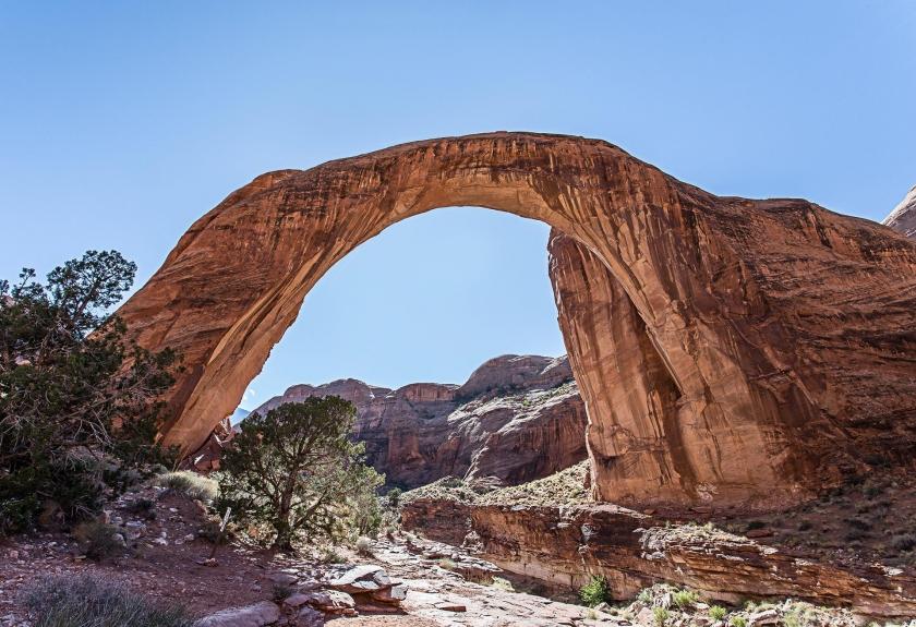 Arco natural tallado en roca roja.