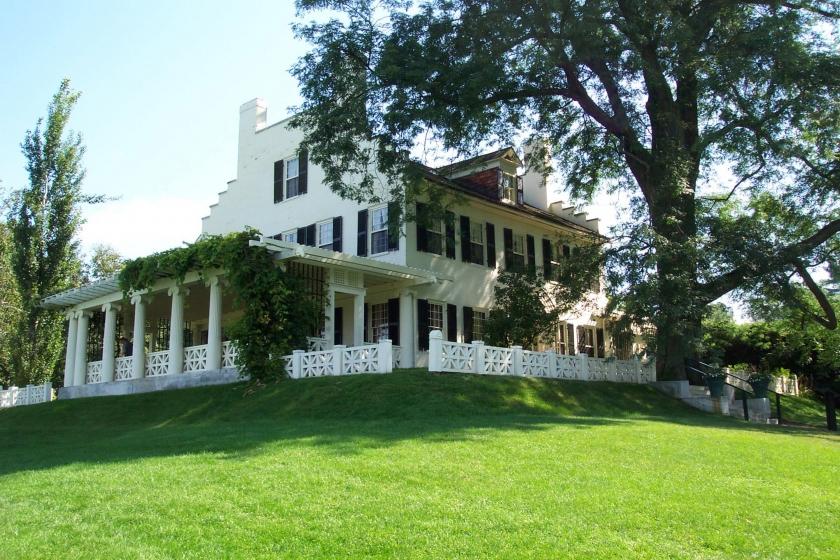 Gran casa blanca se sienta encima de una colina